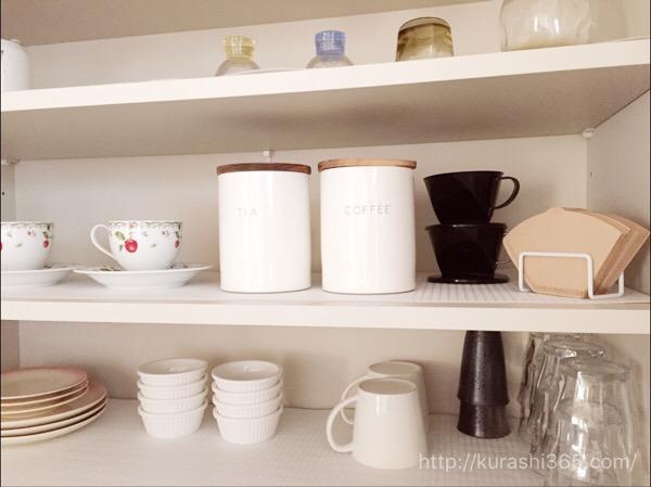 コーヒーを見せる収納でカフェ風に!食器棚の中でもOK